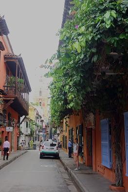 Cartagena bunte Straße Franzi hoch
