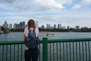 Boston Franzi am Fluss