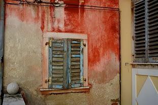 Piran Haus und Fensterladen bunt abgeranzt