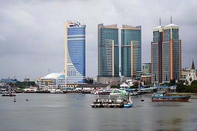 Dar Es Salaam Hafen und Hochhäuser