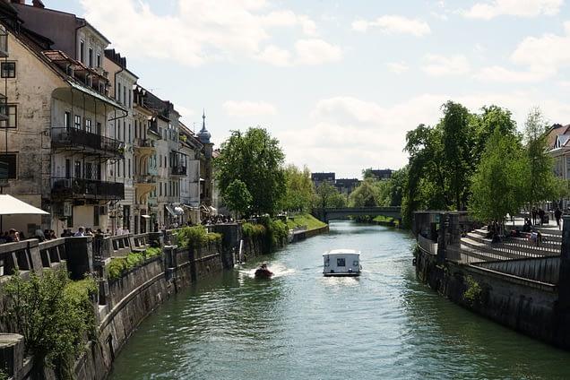Ljubljana Fluss mit Häusern und Boot