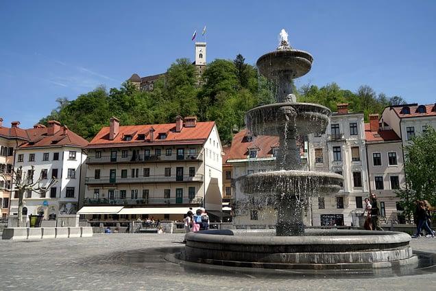 Ljubljana Springbrunnen und Burg