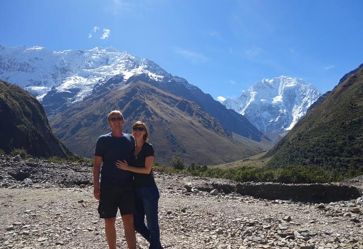 Salkantay Trek Tag 1 Blick auf Berge Paar