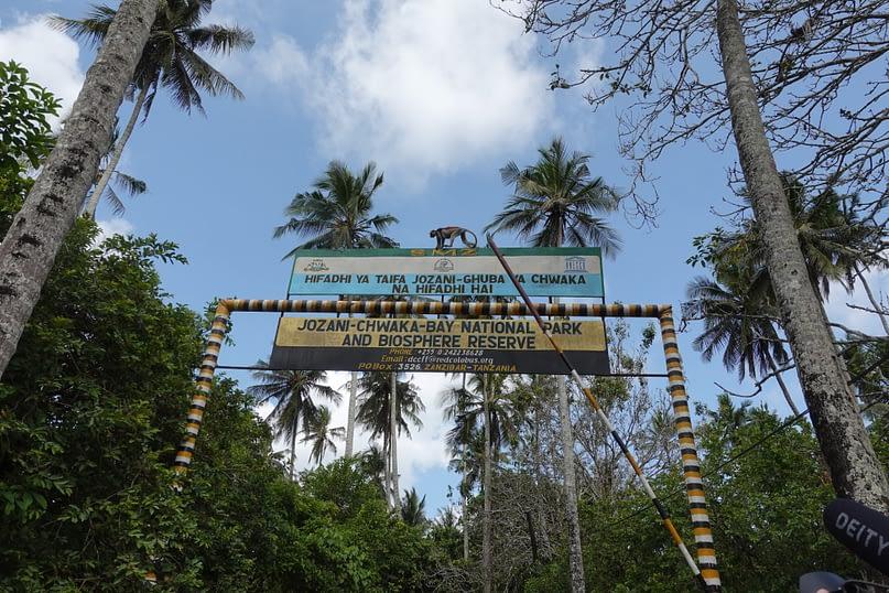 Jozani Forest Eingang Schild Affe
