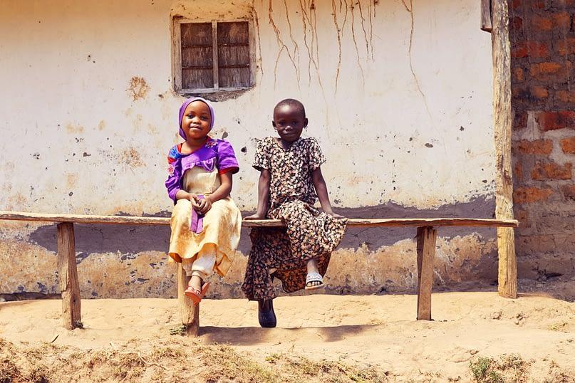 Usambara Wanderung Mädchen auf Bank