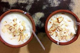 Indien Essen Lassi im Tonbecher