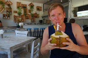 Bali Matthias mit Kokosnuss