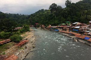 Bukit Lawang Dorf mit Fluss