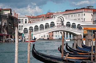 Venedig Rialtobrücke weit mit Booten