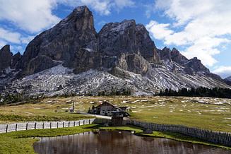 Dolomiten Peitlerkofel mit Hütte und Teich