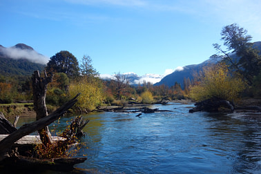 Bariloche Seengebiet Fluss mit Berg