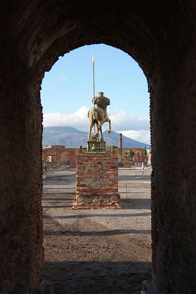 Pompeji Reiterstatue durch Mauern