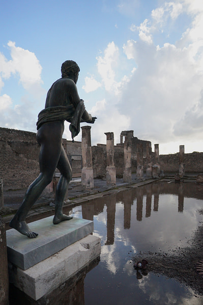 Pompeji Statue Tempel Spiegel