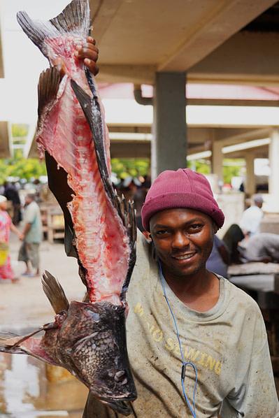 Daressalam Fischmarkt Mann mit Fisch