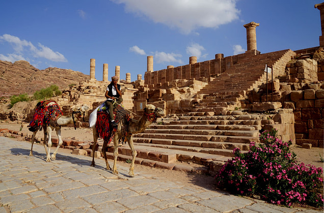 Petra Great Temple mit Kamelreiter