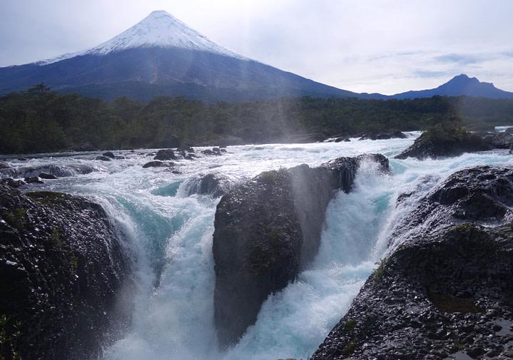 Wasserfälle mit Vulkan Osorno
