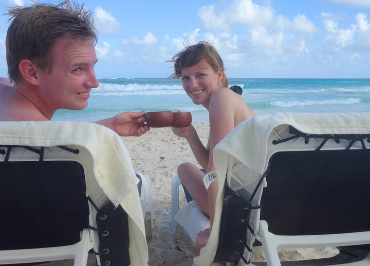 Sian Kaan Strand Paar anstoßen