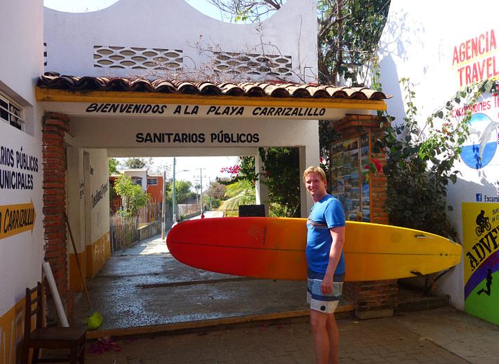 Puerto Escondido Playa Carrizalillo Matthias mit Surfboard
