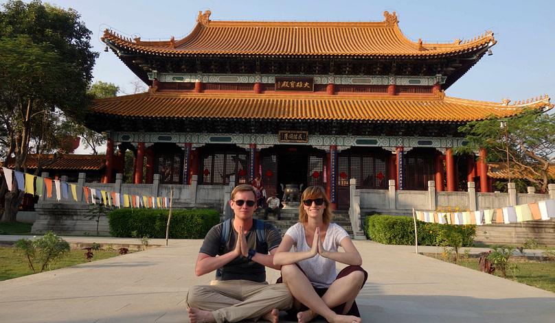 Lumbini Paarfoto vor Tempel