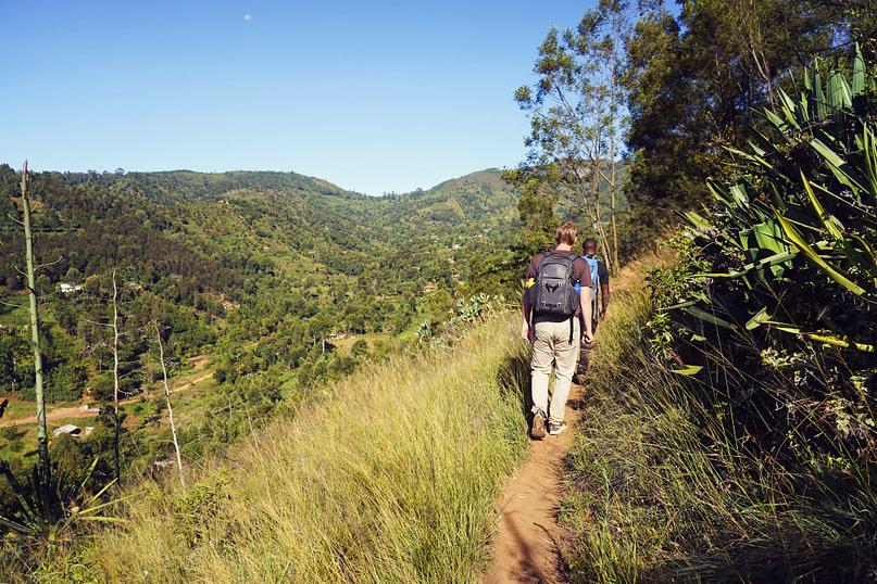 Usambara Wanderung Matthias hinter Guide Landschaft