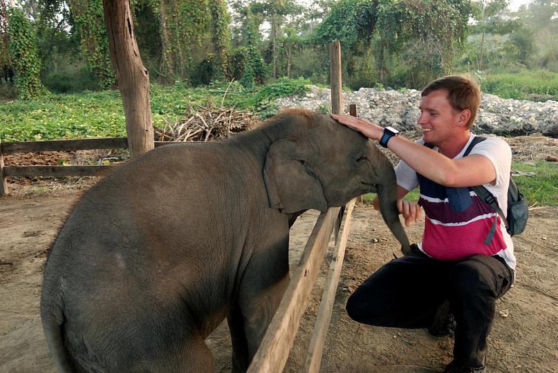 Bardia Nationalpark Baby Elefant mit Matthias