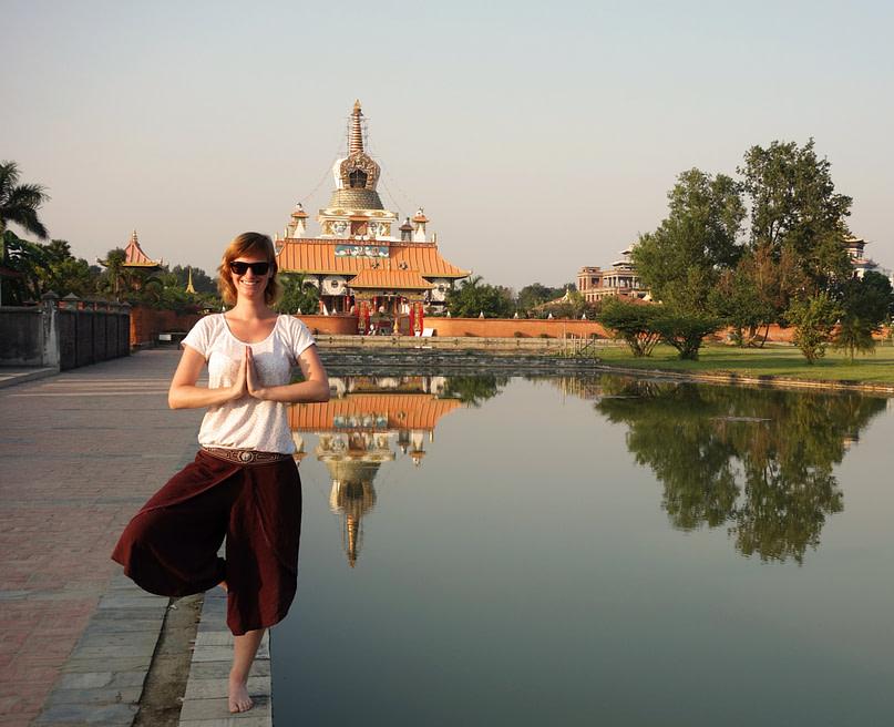 Lumbini Franzi Yoga Pose vor Tempel