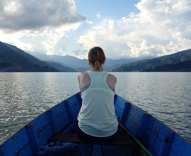 Pokhara See Franzi auf Boot