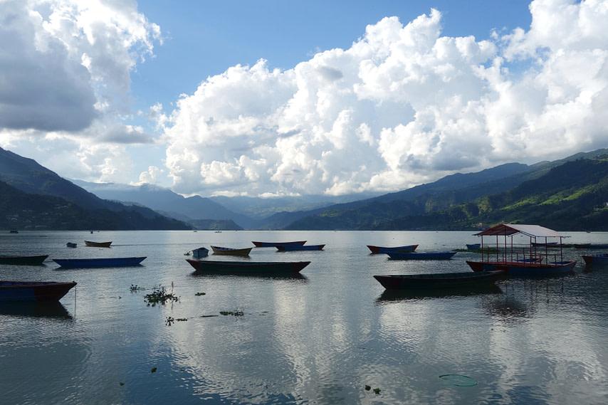Pokhara See mit Booten